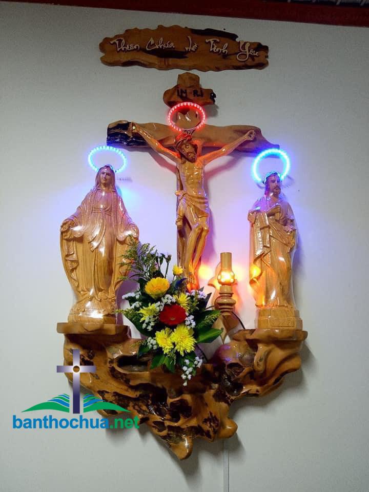 Bàn thờ Công giáo bằng gốc cây